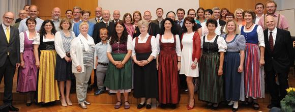 Die Absolvent_innen mit Bischof Klaus Küng und Erhard Lesacher (c) W. Zarl)