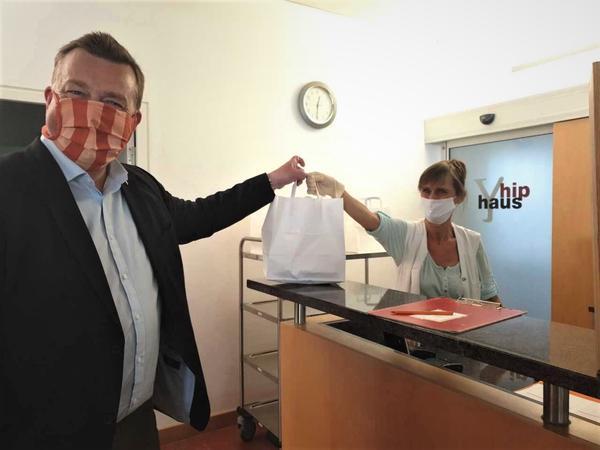 Rechtsreferent Stefan Stöger holt Essen im hiphaus