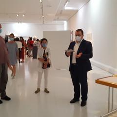 Franz Moser mit Sung Min Kim bei einer Kleingruppenführung durch die Lernplattform