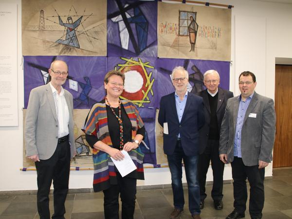 Foto: Martin Seitz (Sohn), Elisabeth Herndl (Tochter), MMag. Ernest A. Kienzl (Künstlerbund Sankt Pölten), Dompfarrer Kan. Norbert Burmettler, Mag. Franz Moser (Ausstellungsverantwortlicher)