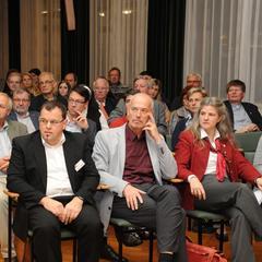 Franz Moser, Johann Wimmer, Veronika Prüller-Jagenteufel und Hildegard Wustmans vor den Reihen der Interessierten