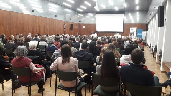 """Dr. Philipp Mettauer gibt hinführend grundlegende Informationen zur """"Heil- und Pflegeanstalt"""" Mauer-Öhling im Nationalsozialismus im vollbesetzten Hippolytsaal"""